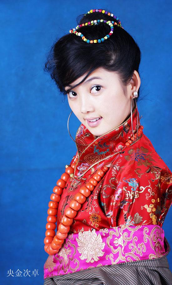 藏族歌手央金次卓个人简历